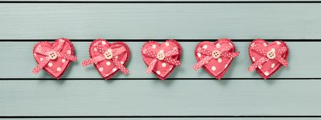 matrimonio feliz: Corazones en un fondo de madera