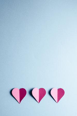 birthday greetings: Corazones de papel sobre fondo azul