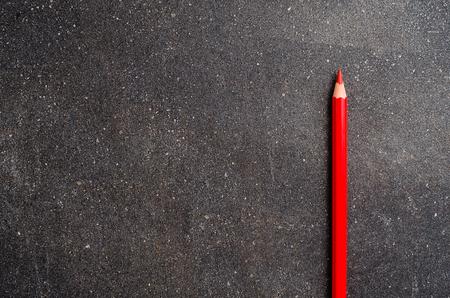 niños con lÁpices: lápiz de color rojo oscuro en la mesa