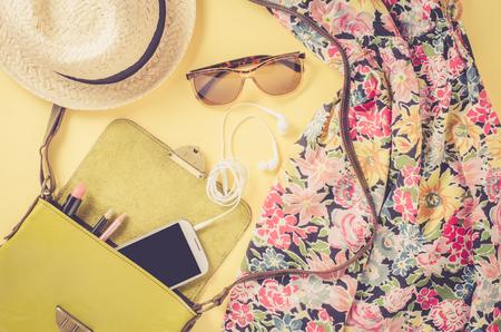 黄色の背景に女性の服