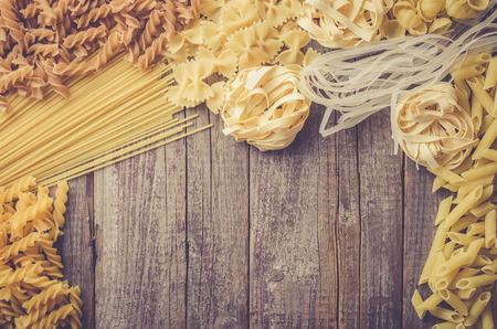 Mix van pasta op een oude houten tafel Stockfoto