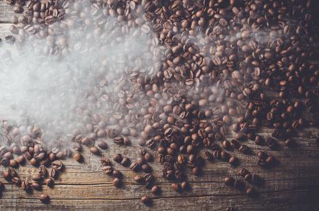 tir aérien de grains de café sur une vieille table en bois