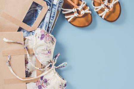 ropa de verano: Casual woman clothes in paper shopping bags