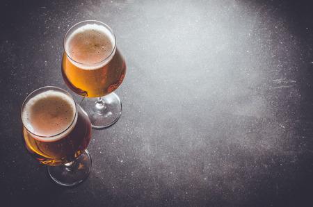 暗いテーブルの上のビールのグラス。クローズ アップ