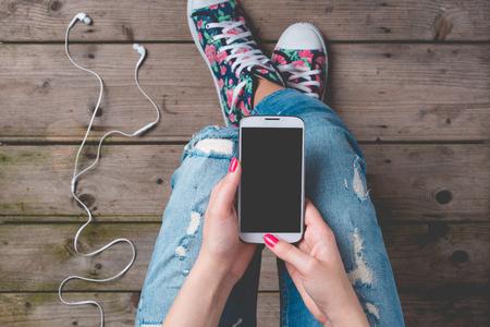 Jeune femme utilisant un téléphone intelligent