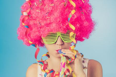 Portrait der schönen Frau in rosa Perücke und grünen Gläsern