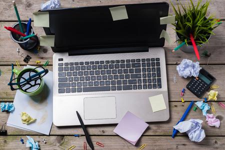oficina desordenada: desordenado escritorio de oficina Foto de archivo