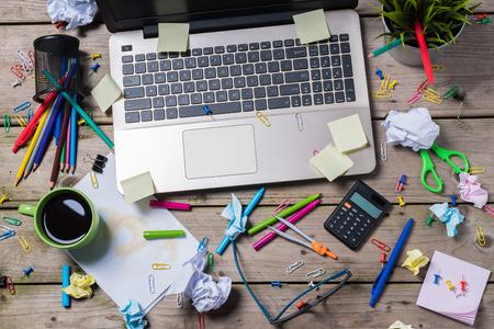 messy office desk Standard-Bild
