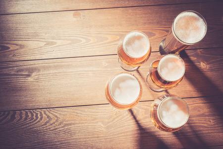 vasos de cerveza: vasos de cerveza en la mesa de madera