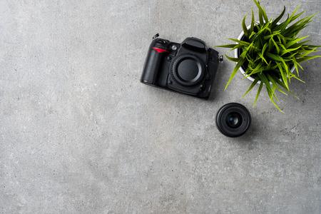 灰色の石のテーブルで近代的なカメラ