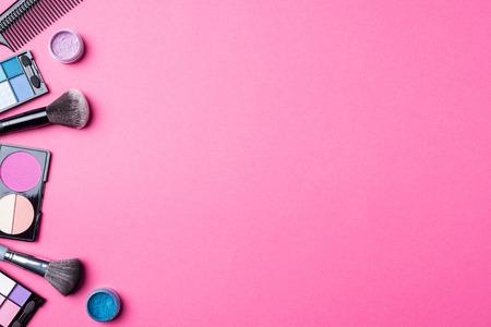 분홍색 배경에 메이크업 제품. 평면도 스톡 콘텐츠