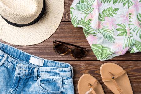 Vrouw zomer kleding op houten achtergrond