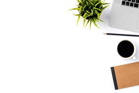 オフィスのデスクトップに白い背景に近代的なノート パソコン。トップ ビュー