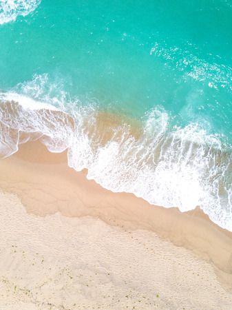 Aerial view of sandy beach and ocean with waves 版權商用圖片 - 83137518