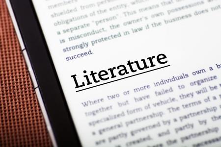 La letteratura su schermo del pc tablet, ebook concetto