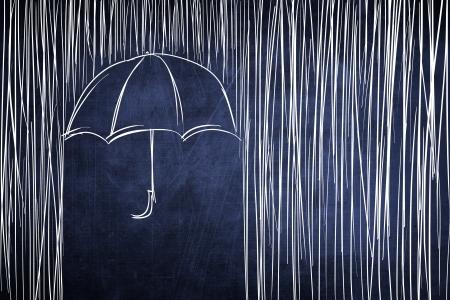 lluvia paraguas: Paraguas y la lluvia boceto conceptual en la pizarra Foto de archivo