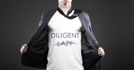 diligente: Lazy en diligente con el joven concepto creativo exitoso hombre de negocios Foto de archivo