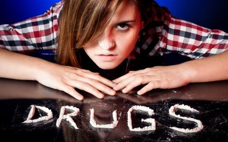 drogadiccion: Ni�a de la escuela con la adicci�n a las drogas la coca�na o las anfetaminas resoplido