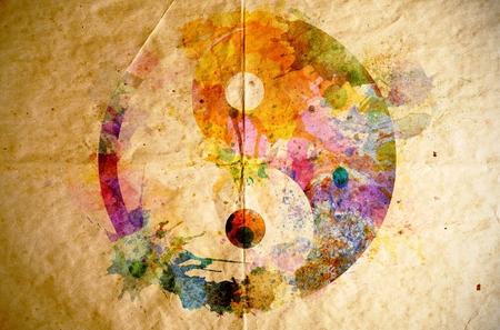 yin y yang: Símbolo de la acuarela yin yang en el fondo de papel viejo Foto de archivo