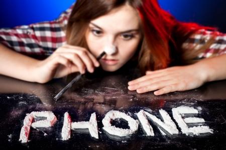 druggie: Donna sniffare cocaina o anfetamine, simbolo di telefono dipendenza
