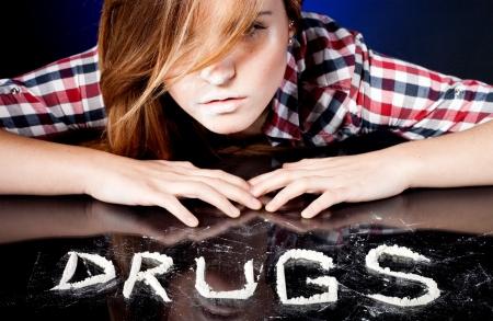 druggie: Giovane donna con tossicodipendenza sniffare cocaina o anfetamine Archivio Fotografico