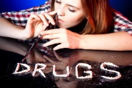 druggie: Scuola ragazza con la tossicodipendenza sniffare cocaina o anfetamine