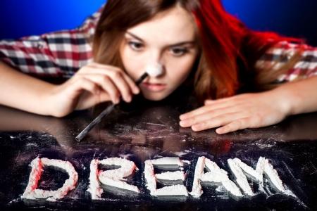 druggie: Donna sniffare cocaina o anfetamine, simbolo del sogno