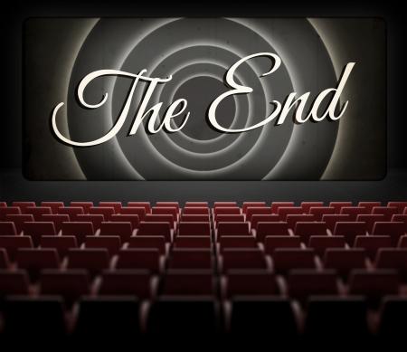 Film eindigt scherm in oude retro cinema, uitzicht vanuit het publiek