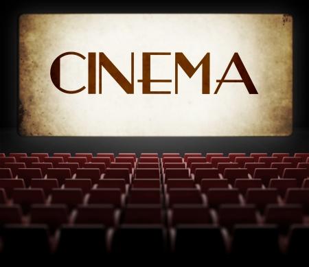 Pantalla de la película de la vendimia en viejo cine retro, vista desde la audiencia