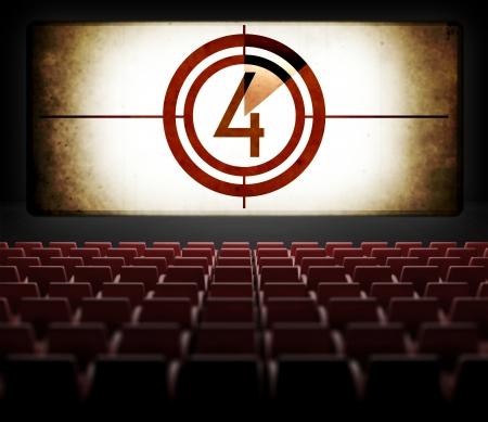 映画スクリーンのカウント ダウン、古いレトロな映画の観客からの眺め