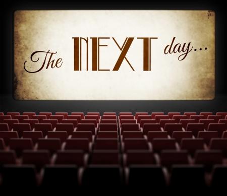De volgende dag filmscherm in oude retro cinema, bekijken van publiek Stockfoto