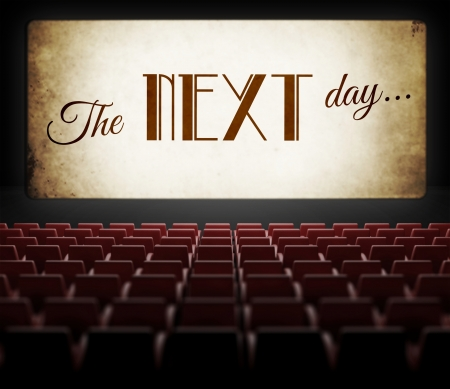 La siguiente pantalla de cine día en antiguo cine retro, vista desde la audiencia
