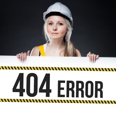 mujer trabajadora: 404 se�al de error a bordo de la plantilla con la mujer trabajadora Foto de archivo