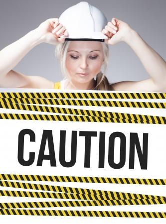 mujer trabajadora: Muestra de la precauci�n en el cartel de la informaci�n y de la mujer trabajadora Foto de archivo