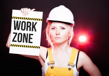 mujer trabajadora: Muestra de la zona El trabajo se lleva a bordo la informaci�n y de la mujer trabajadora Foto de archivo