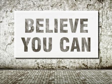 Geloof je kunt, woorden op de muur in vintage stijl Stockfoto