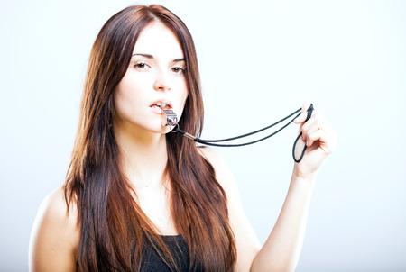 Aantrekkelijke atletische fitness trainer vrouw met fluitje Stockfoto