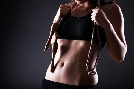 saltar la cuerda: Fitness mujer sudorosa deportivo vientre despu�s del ejercicio con saltar la cuerda