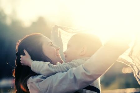 母と子が屋外の公園で遊んで