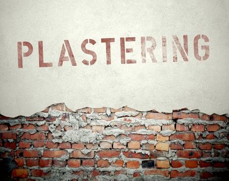 Notion de plâtrerie sur fond vieux mur de briques Banque d'images
