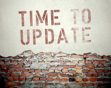 Tijd om concept op oude bakstenen muur achtergrond updaten Stockfoto