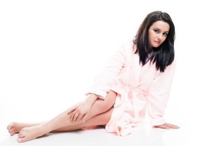 aislado en blanco: Retrato de cuerpo entero de la mujer que pone en albornoz blanco aislado