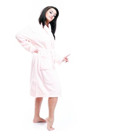 aislado en blanco: Retrato de cuerpo entero de una mujer joven en bata de ba�o aislado en blanco