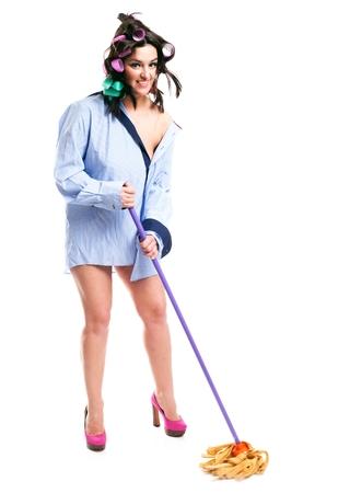 estereotipo: Mujer divertida houswife limpieza de la casa, el concepto de estereotipo