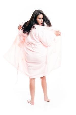aislado en blanco: Mujer sorprendida en albornoz, retrato de cuerpo entero aislados en blanco