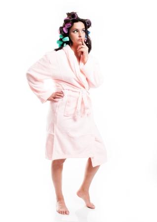 aislado en blanco: Pensando en la mujer en bata de ba�o y el cabello con rulos, retrato de cuerpo entero aislados en blanco