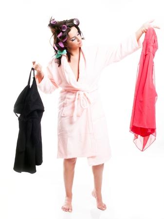 aislado en blanco: Mujer en bata de ba�o que eligen la ropa, aislado retrato de cuerpo entero blanco Foto de archivo
