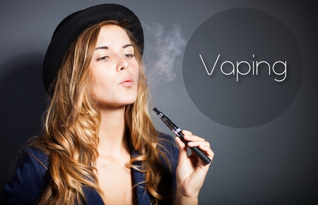 Vrouw vaping e-sigaret met rook, citaat Stockfoto