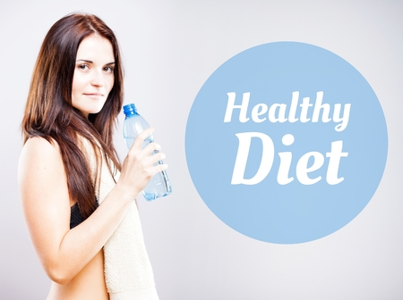 diet healthy: La dieta sana, bella mujer con una botella y una toalla Foto de archivo