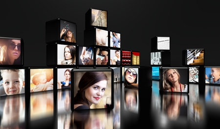 communicatie: Televisieschermen op een zwarte achtergrond met een kopie ruimte